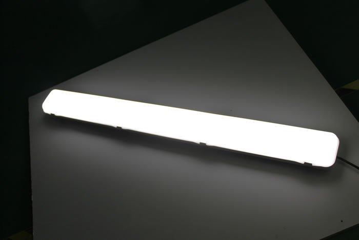 PLFFV50Y :: PLAFONNIER LED DIMMABLE ETANCHE 128CM 50W BLANC CHAUD